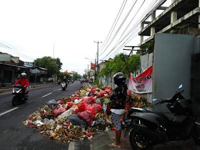 Penumpukan sampah terlihat di beberapa ruas jalan Kota Denpasar, dua hari setelah Nyepi tahun 2020 ini, ketika masyarakat tidak beraktivitas sama sekali di luar rumah selama satu hari ditambah karantina hari pertama setelah pandemi. Foto: Luh De Suriyani/Mongabay Indonesia.