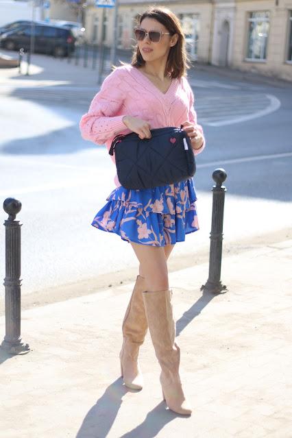 spódnica, spódnica w kwiaty, moda polska, polscy projektanci, sweterek vka, sweterek, na komunie, sweterek z dekoltem,różowy sweterek, zamszowe kozaki
