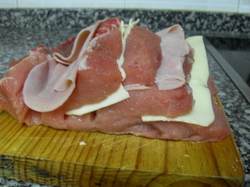 Rellenando el lomo relleno de jamón cocido y queso.