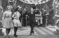"Кадр из фильма Чарли Чаплина ""Танго-путаница"" (1914) - 2"