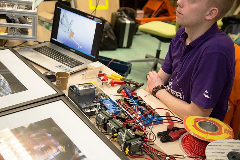 Sinh viên lớp công nghệ trong giờ học