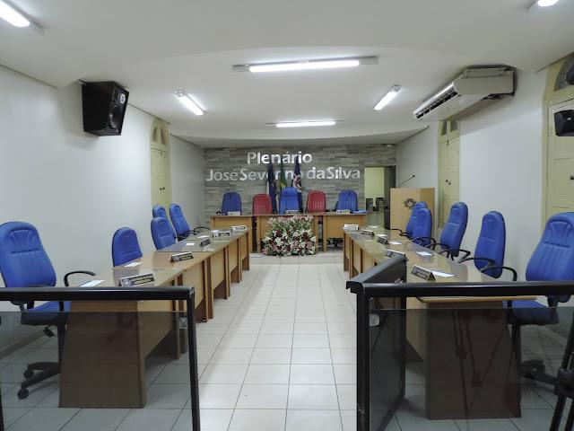 Vereadores da oposição e da base do governo, esvaziam sessão que votaria as contas do ex-prefeito Lucrécio Gomes