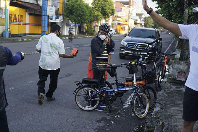 Pak Herry Zudianto menggunakan sepeda bertuliska Sego Segawe