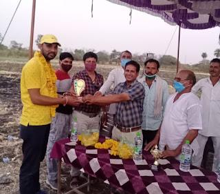 ग्राम रायपुरिया में टेनिस बाॅल क्रिकेट टूर्नामेंट का समापन