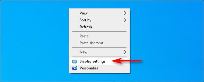 """انقر بزر الماوس الأيمن فوق سطح المكتب وحدد """"إعدادات العرض""""."""