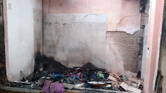 Campanha ajude a Andrea que perdeu a casa em um incêndio em Pariquera-Açu