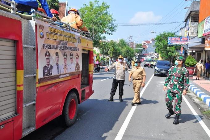 Cegah penyebaran Covid-19.Tiga Pilar Kabupaten Blitar Semprot Desinfektan