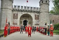 Topkapı Sarayı girişinde bir mehter takımı