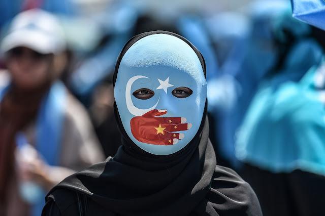 العالم يشاهد  الصين وهي تعذب و تغتصب سكانها المسلمين في المعسكرات.