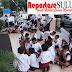Disegelnya Tempat Menuntut Ilmu, Puluhan Anak Berseragam Sekolah Menduduki Halaman PN Bitung