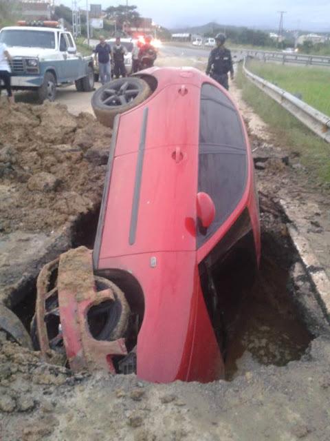Vehículo fue tragado por un hueco de la calle en Charallave