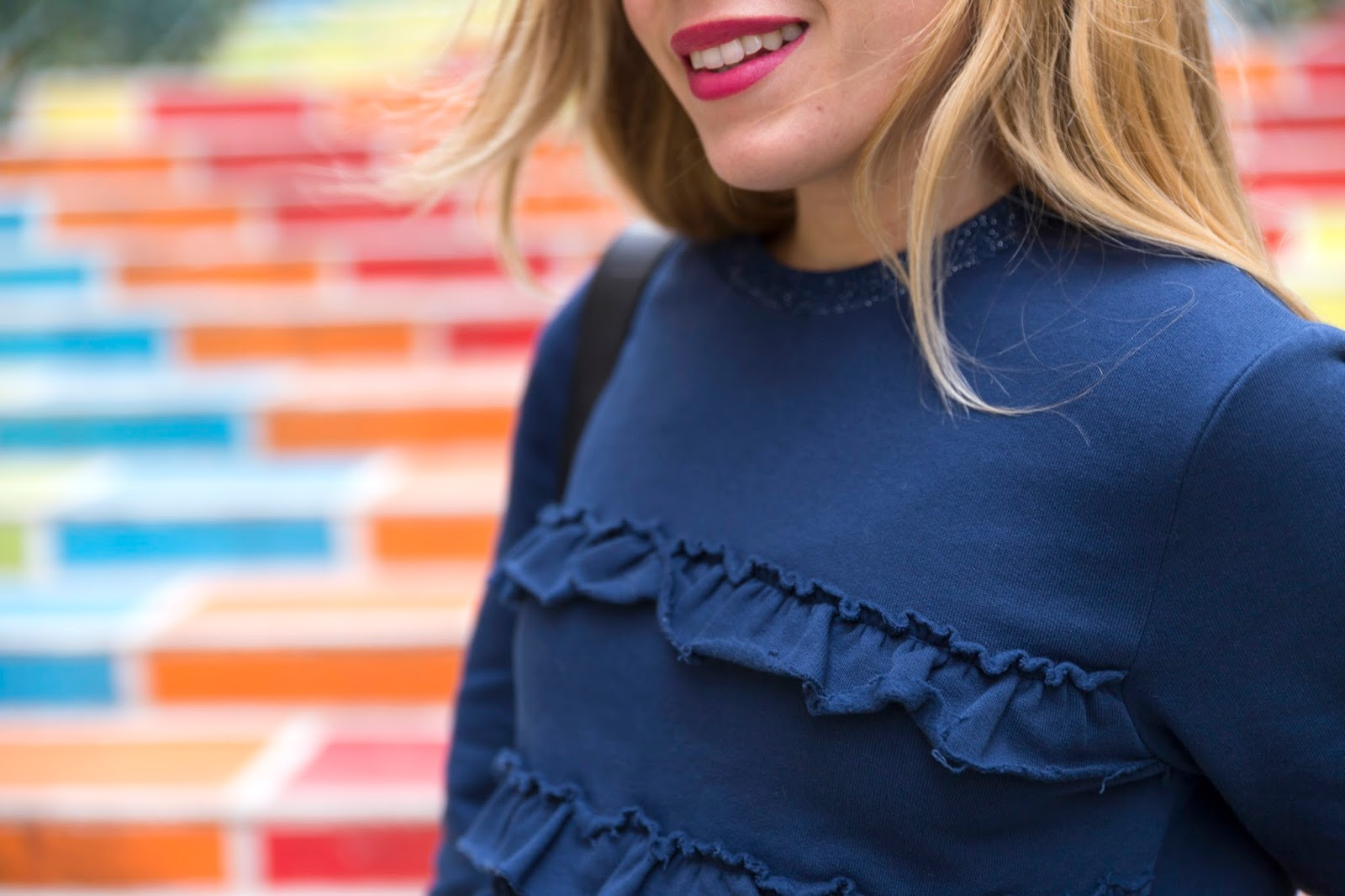 pull bleu volants