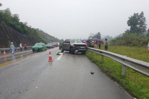 Hiện trường vụ tai nạn trên cao tốc Nội Bài - Lào Cai ngày 1/5 khiến 2 người bị thương. Ảnh: TTXVN.
