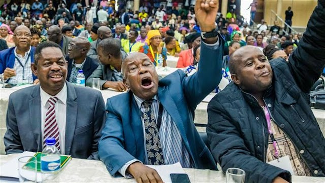 Zimbabwe: 230 parliament members vote to impeach Robert Mugabe