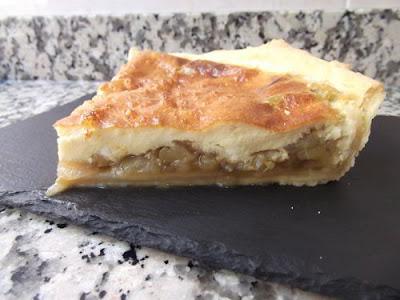 Pastel salado de berenjena y cebolla caramelizada
