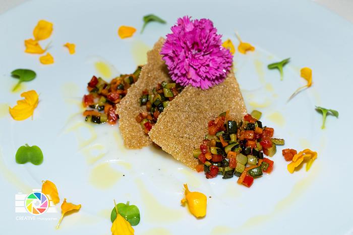 Millefoglie di amaranto , ratatouille di verdure e sesamo, crema di riso al coriandolo