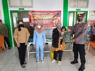 Kapolsek Sanggau Ledo Beri Doorprize Kepada Bumil yang Melaksanakan Vaksinasi