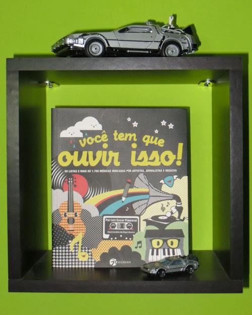 Capa do livro Você tem que ouvir isso, em uma prateleira que tem duas miniaturas do DeLorean, carro do filme De Volta para o Futuro