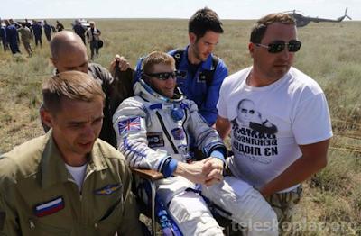 dünya'ya dönen ve yürüyemeyen astronot