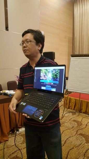Oom Yahya memamerkan ASUS ZenBook Pro 15 UX580