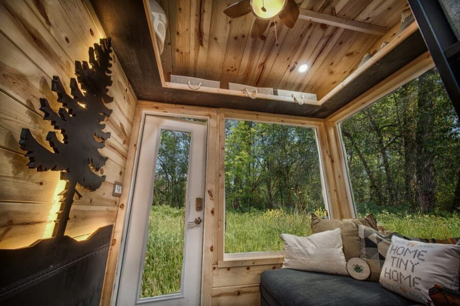 01-Entrance-Backcountry-Architecture-with-a-Cosy-Tiny-House-www-designstack-co