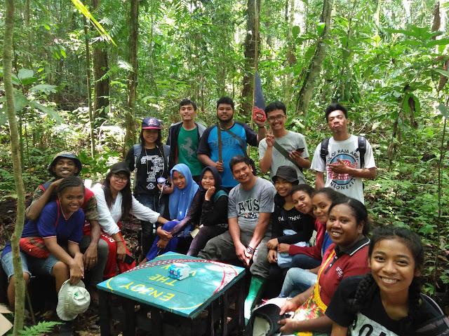 Komunitas Mahasiswa Peduli Pariwisata saat membersihkan Gua Teshima Fusataro