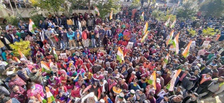 उत्तरकाशी में कांग्रेस की जनक्रोश रैली में उमड़ी भीड़