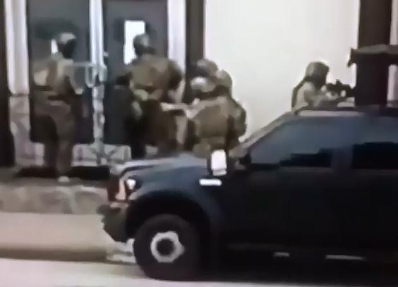 """VÍDEO: FBI catea oficina de Ángel del Villar y su productora discográfica de Narcocorridos """"DEL Récords"""""""