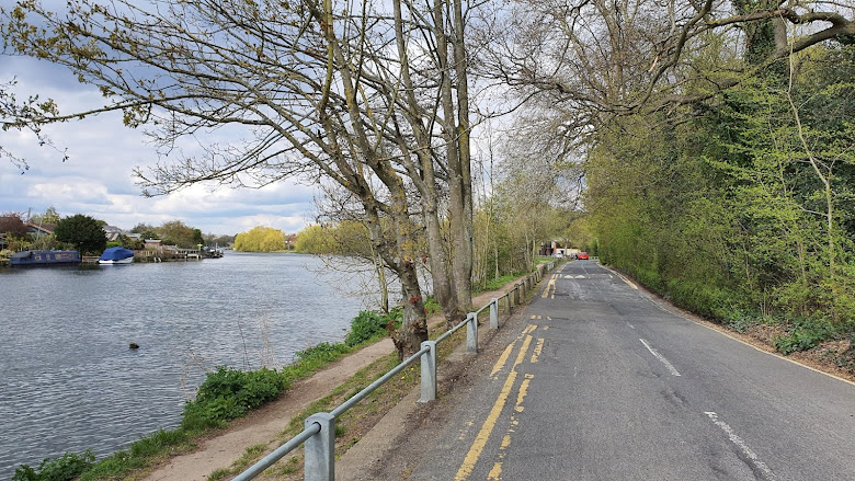 河畔的小路,一邊欣賞河邊的別墅
