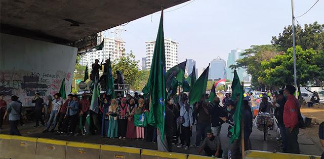Dari Kolong Flyover Senayan, Massa HMI Desak Polisi Bebaskan Dua Rekannya