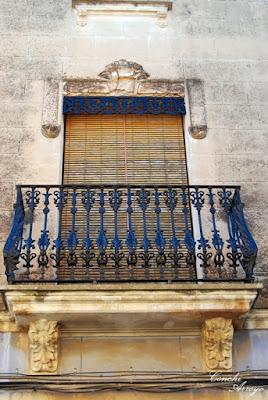 Detalle del balcón de una casa en la calle Abat de Manuel, precioso enrejado que apuntaba ya al modernismo.