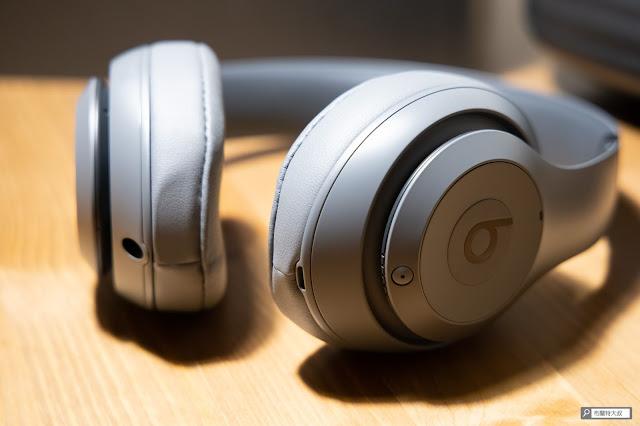 【開箱】幾乎無懈可擊的 Beats Studio3 Wireless 抗噪藍牙耳機 - 底部提供了 Micro USB 及音源接孔