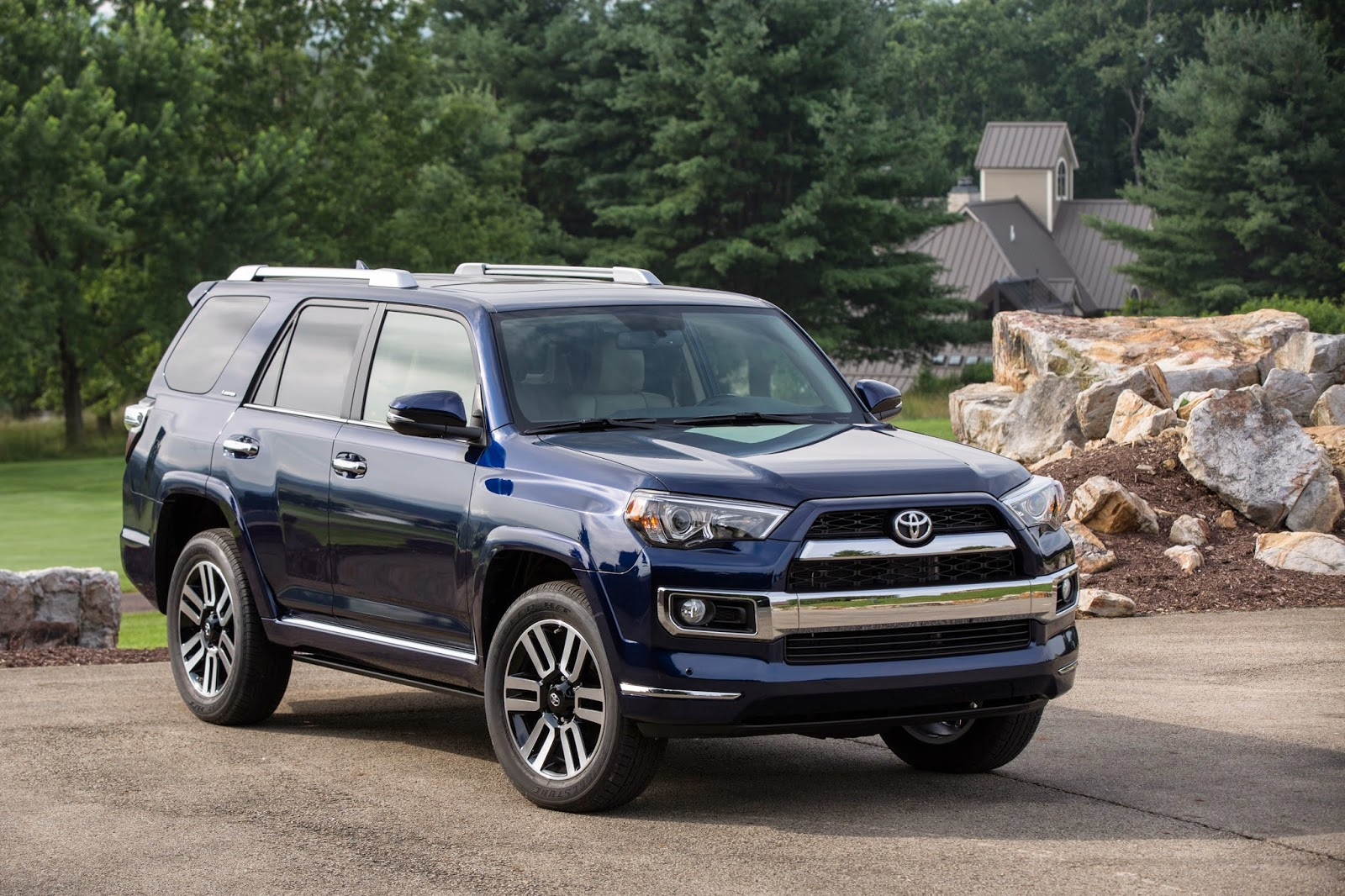 Front 3/4 view of 2014 Toyota 4Runner