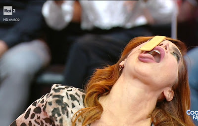 Veronica Maya lingua bocca aperta biscotto stasera tutto è possibile