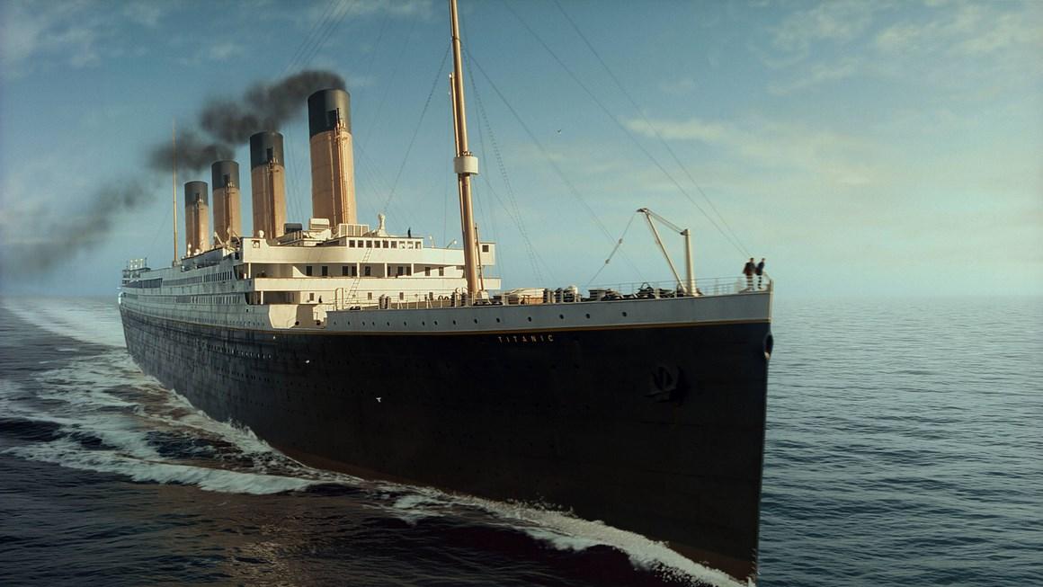 menggunakan tiga cerobong asap sedangkan satunya hanya dibuat sebagai hiasan saja agar membuat kapal tampak lebih besar dan garang hebat dan ganas