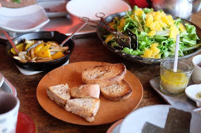 喫茶ひとつ石で使う器の打ち合わせ後のランチ パンとサラダ