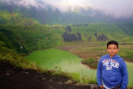 si Cikal di pinggir kawah Gunung Galunggung.