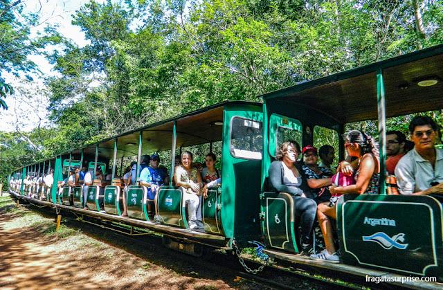 Trem que transporta turistas no Parque Nacional de Iguazú