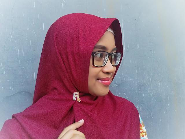 kreasi hijab instan dengan menggunakan bros