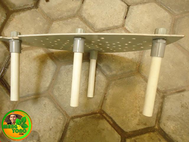 Skat bawah diberi lubang saringan dan diberi kaki