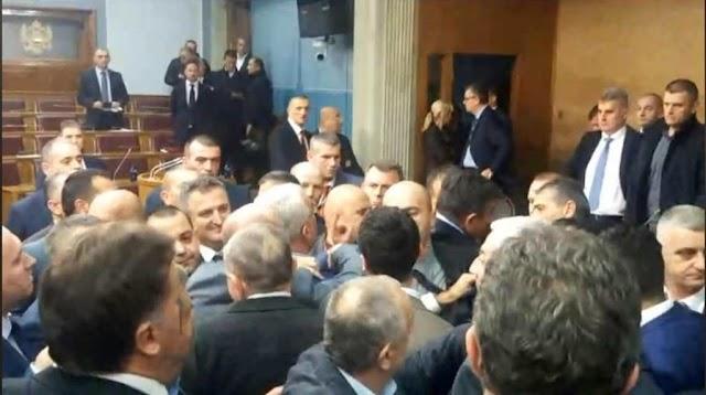 Incidenti u Skupštini CG: Poslanici DF-a pravili nerede, psovali, gađali i vrijeđali