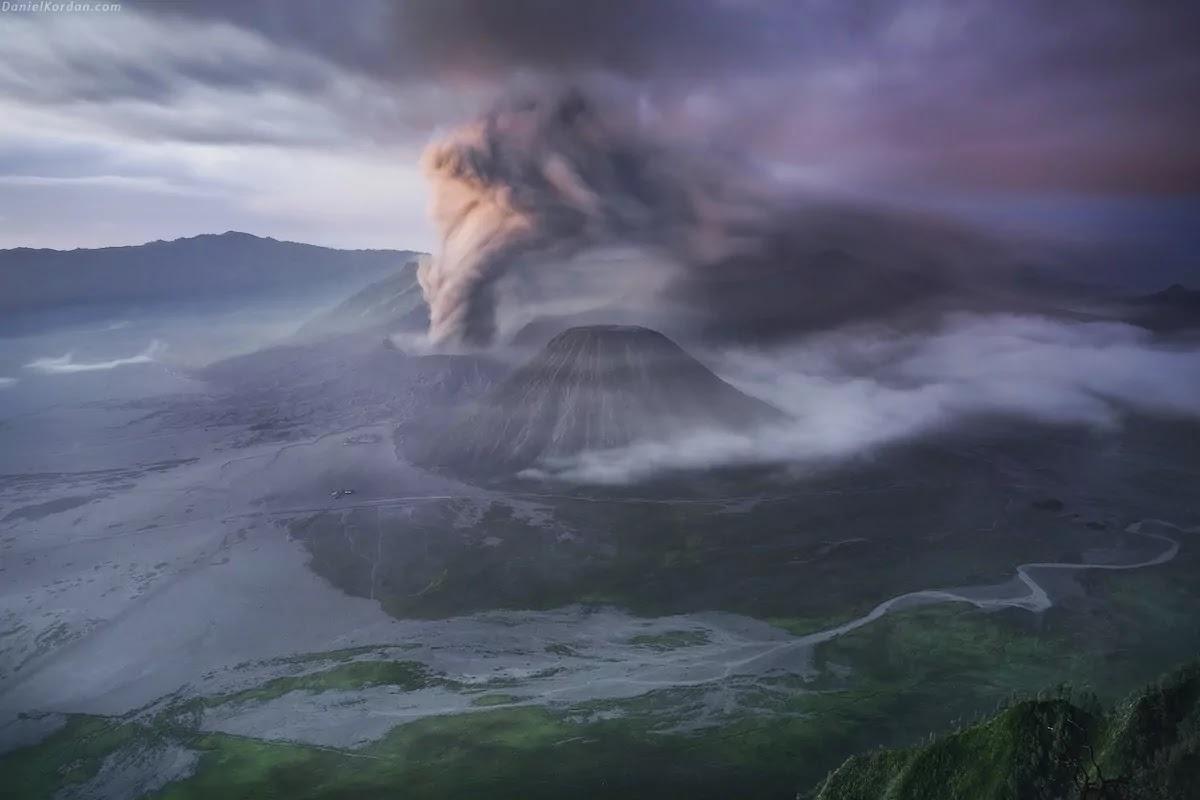Photographer Accidentally Captures Amazing Shot Of Meteor Over Erupting Volcano In Russia