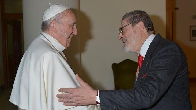 El papa Francisco confirma que se vacunará contra el COVID-19 la próxima semana. En la gráfica con el Dr.Fabrizio Soccorsi