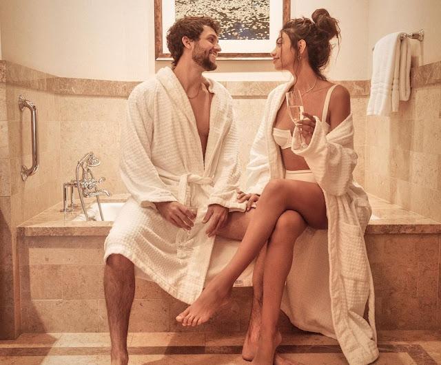 alanna-panday-enjoy with boyfriend in bathroom