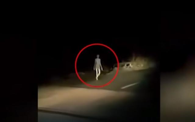 Vídeo viral de siniestra criatura caminando desnuda y de noche por la carretera en la India