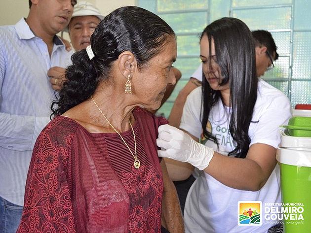120 pessoas são imunizadas contra a Febre Amarela no primeiro dia do Governo em Ação no Distrito Sinimbu em  Delmiro Gouveia