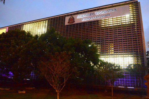 Alesp se ilumina de lilás para mês de combate a violência doméstica contra a mulher