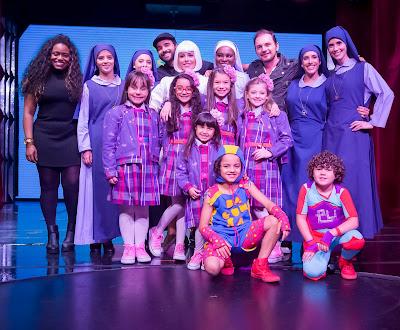 Elenco posado ao lado dos atores do show e dos diretores, de jaqueta Ricardo Mantoanelli e de boina, Beto Marden - Crédito: Francisco Cepeda