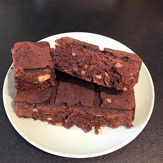 Brownie aux éclats de noisettes et son ingrédient mystère le brocoli (sans huile ni beurre)
