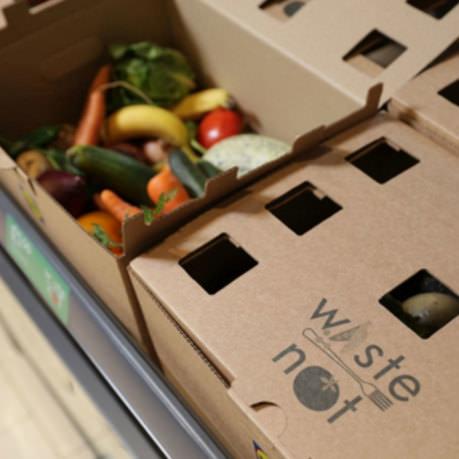 Cabaz com fruta e legumes imperfeitos